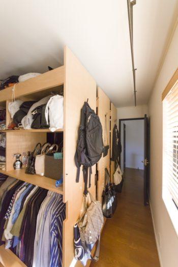 洋服やバッグなどがたっぷり収納できる可動式のウォークインクローゼット。