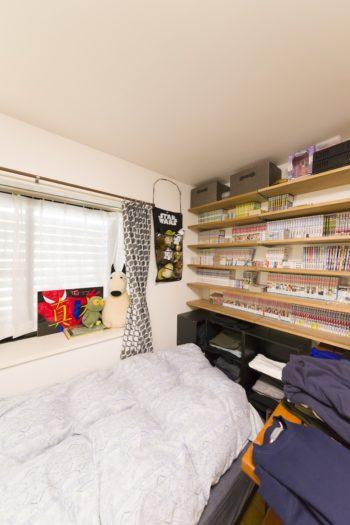ベッドサイドに本棚を造作。