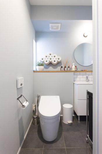 2階のトイレ。ユニークなペーパーホルダーはインスタで見て入手したもの。
