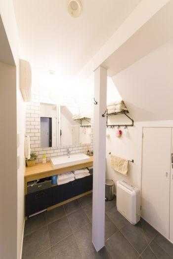 ホテルライクな1階の洗面室。鏡が大きくゆとりをもって身支度ができる。