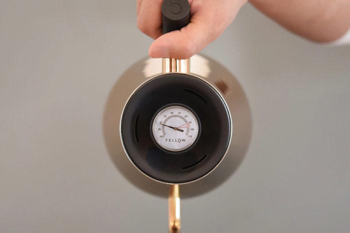 フタに内蔵された温度計には、コーヒーの抽出に最適な温度が赤くマーキングされている。