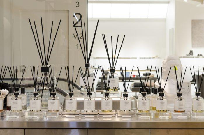 ブラックのバンブースティックが印象的な「LABORATORIO OLFATTIVO」のルームフレグランス。
