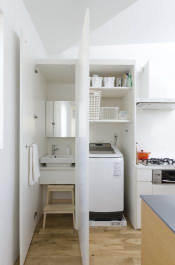 壁側のキッチンの左側で洗濯と洗面ができる。このため、朝の用事はすべて2階ですませられるという。