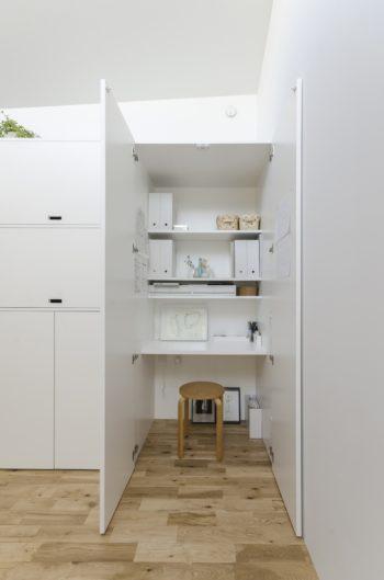 キッチンの右側には家族共用のデスクコーナーがつくられている。