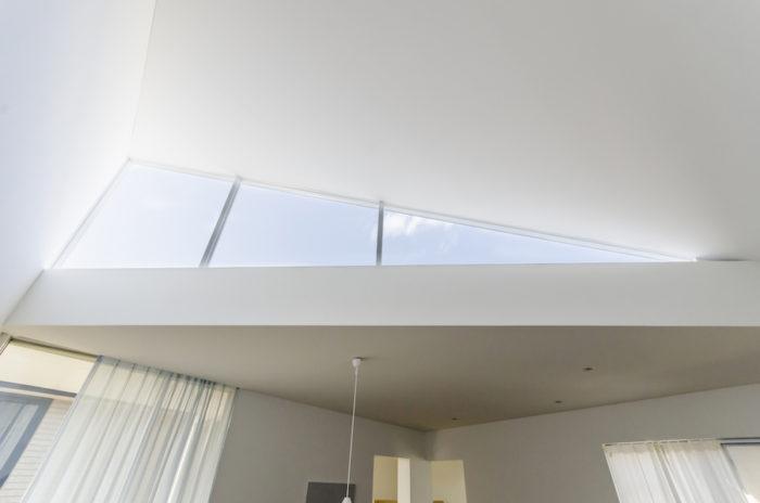 2階上部につくられたハイサイドライトは三角形。城田さんはこの窓から見える外部と内部空間がまったく異質な風景で、そのコントラストが面白いという。