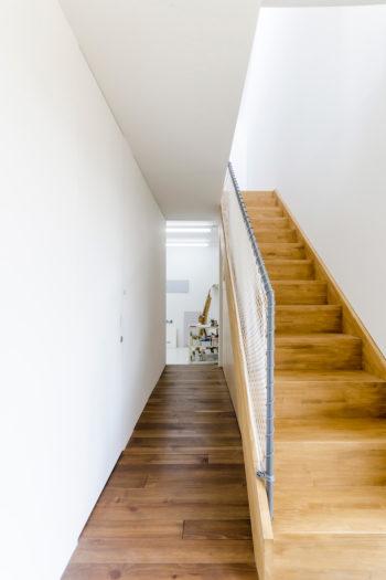 階段に沿ってつくられた廊下の先にアトリエがある。