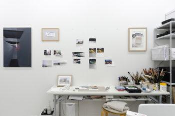 写真を用いたドローイングが壁に貼られていた。