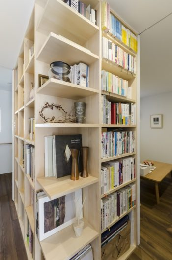 本棚のコーナー部分を飾り棚として使っている。