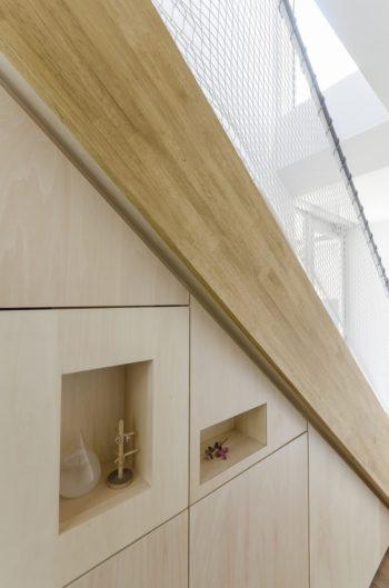 階段下の収納部分にも飾り棚をつくった。このニッチの部分には照明が仕込まれている。
