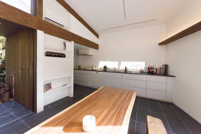 広いI型キッチン。客人と肩を寄せ合いながらの料理が楽しい。千寿子さんがイギリスの伝統料理を振る舞うことも。