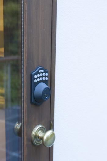古関さんがいなくても、子どもや友人に中に入って寛いでもらえるよう、PINコードを使った鍵のついたドアもある。