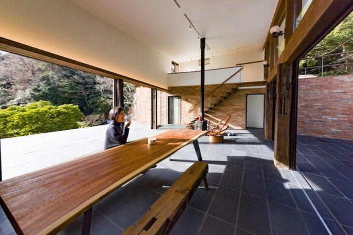 インドネシア産の材木の天板に、鉄板の脚をつけたテーブル。この大きなテーブルを囲んで会話を楽しむひとときが大好きなのだそう。