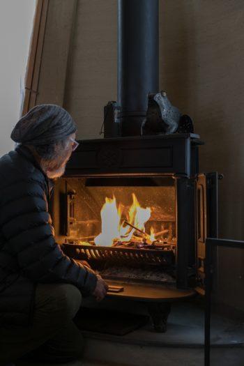 冬に欠かせない薪ストーブは、知人から譲り受けたもの。