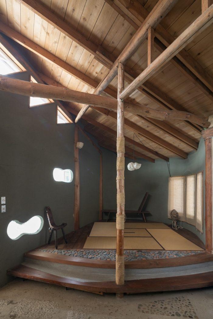 キッチンから和室を見る。壁のところどころに設けられた明かりとりが空間のアクセントになっている。和室は炉が切ってあり、お茶をたてることもできる。