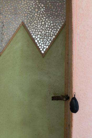 トイレのドア。ピンク、グリーン、シルバーの色合わせが美しい。