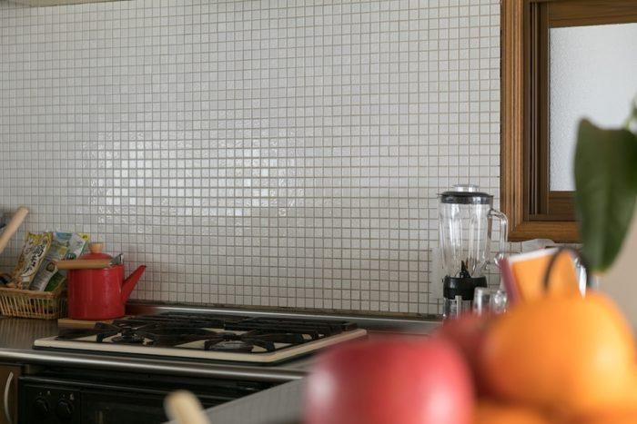 キッチンの壁は繊細な表情のモザイクタイル貼りに。