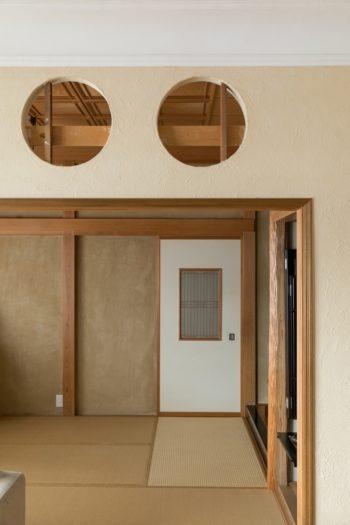 リビングと和室の間の下り壁は、表面を外すと通し貫が出てきたため、それを生かすように円く開けた。いずれは織物を張って仕上げる予定だという。