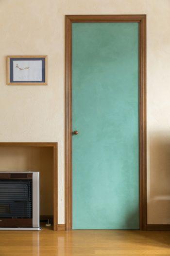 リビングから親世帯のスペースに通じるドアは、顔料を混ぜた土佐漆喰を塗った。渡辺さんならではの鮮やかな色使いが、空間を楽しくする。