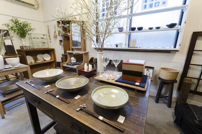 中央のテーブルには大きな器を並べて。右手前から、愛媛の宮内太志さんの緑立鉢、越前の土本訓寛さんの焼締鉢、廣川温さんの乳濁灰釉しのぎ八寸鉢。