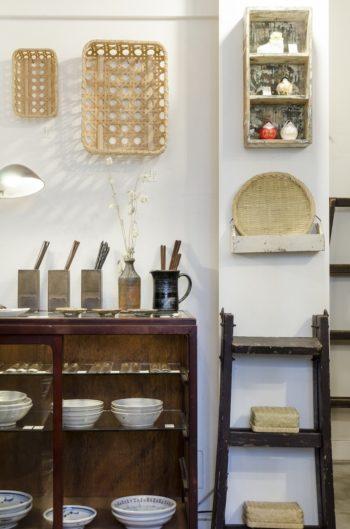 壁に掛けられた竹かごは大分県別府の松田宏樹さんが手がけた小物入れ。