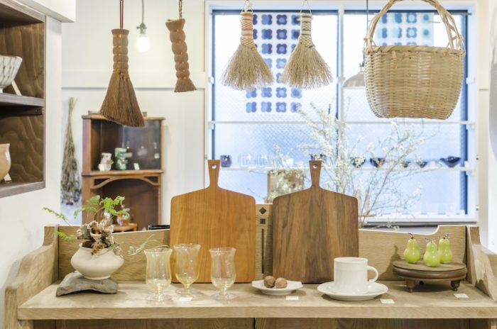 神奈川の伝統工芸である中津箒や大分県で作られた竹かご、まな板などの道具も。鈴木努さんのグラスは黄金色。