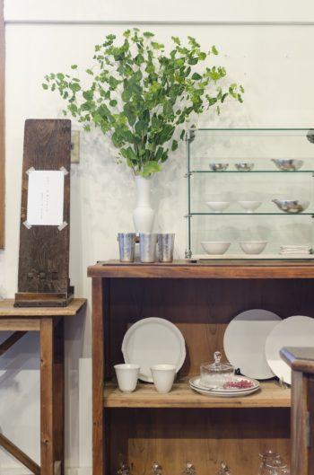 「Chic & Modern」の展示コーナーは店の奥に。3人の作品が整然と並ぶ。