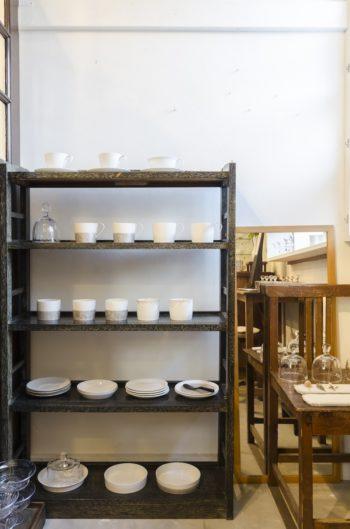 白磁に銀彩をあしらった矢萩誉大さんの作品。日常で使いやすいサイズの器だ。