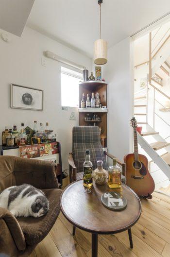 Hさんが本を読みながら、あるいは映画を観ながら飲んでいることが多いという3階の階段脇の部屋。