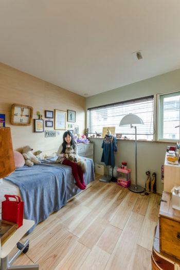 子ども部屋の娘さんとこなつ。この部屋の壁と床は家族の手で現状の仕上げにリニューアルした。