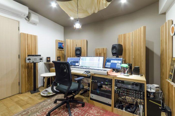 地下のスタジオには作曲に必要な機材が揃っている。壁側に立てられているのは整音材。