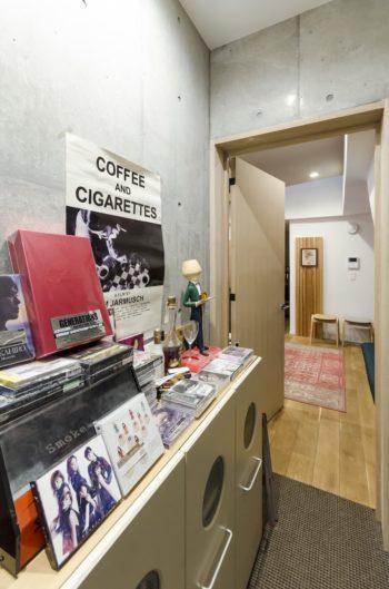 スタジオに向かう通路の収納棚の上にはHさんが手がけた曲が収録されたCDが数多く並べられている。
