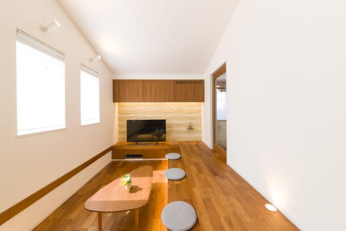 """光が差し込む""""サンクンリビング""""。壁は真っ白にこだわり漆喰で塗装。床は無垢のチーク材で。"""