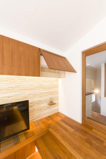 ガラスの扉が光を家の中まで通す。エアコンはチーク材で造作した収納にすっきり内蔵。