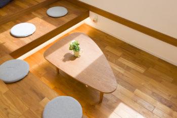テーブルは床と同じ無垢のチーク材でオーダーしたもの。