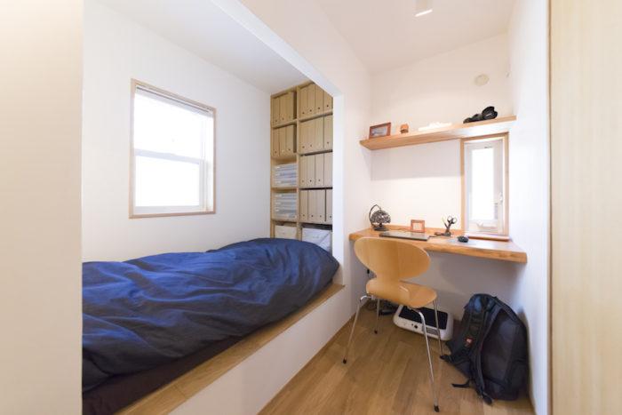 裕生さんの3.75畳の個室。小上がりのベッドまわりを壁で囲み、こもって落ち着ける雰囲気を演出。