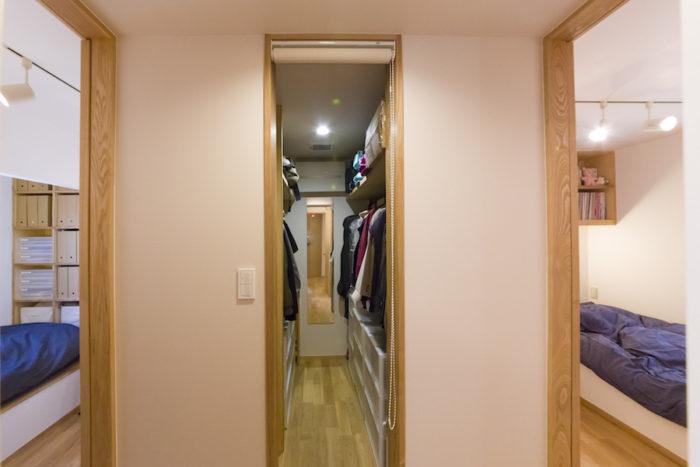 裕生さんと妻の部屋の間には、ふたり共有のウォークインクローゼットを。