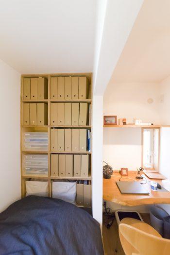 家具は造作で無駄なく収納。机の天板には、結婚時に友人からもらった一枚板をカットして使用。