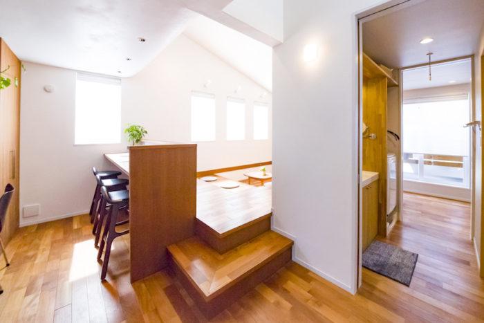 家事動線を考えて設計。右側の、水まわりを横切る廊下が要。水まわりや廊下などの壁にはエコクロスを採用している。