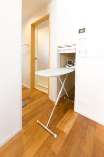 妻の希望で取り入れたアイロンコーナー。アイロン台をたたまずそのまま収納できる。キッチンと洗面の間にあって動線もベスト。