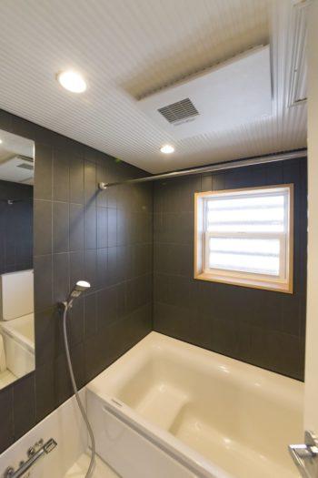 バスルームは黒いタイルを使ってハーフユニットに。デザイン性とユニットの機能性を両立。
