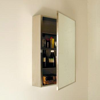 高さ調整可能な棚板が3枚付く。