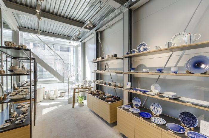 シンプルでモダンな空間に繊細な有田焼の器が置かれている。
