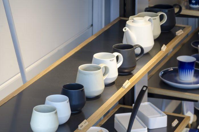 「素磁」シリーズはティーポットやマグカップ、湯呑などお茶の時間を楽しませてくれるアイテムが揃う。