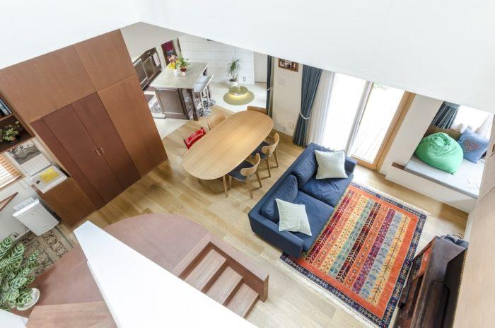 2階より見下ろす。視線が奥のキッチンまで抜ける。