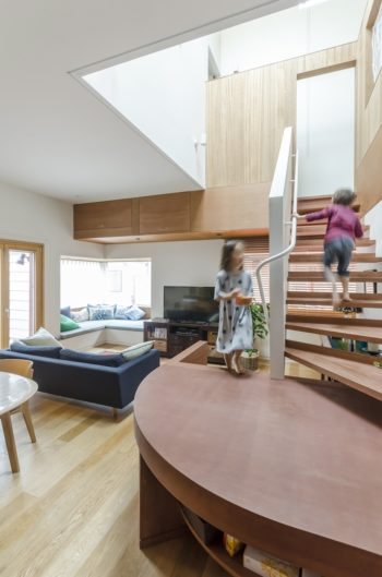 階段の踊り場はテーブルとしても活用できるよう考えられている。