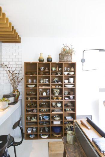 沖縄のやちむんや益子焼など、お気に入りの食器を飾っている棚はアンティークのシューズボックスを使っている。