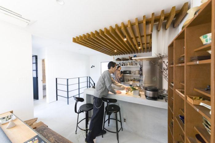 キッチンの天井の木の造作が空間をゆるやかに分けている。冷蔵庫はドイツ製の〈リープヘル〉、炊飯器は〈バーミキュラ〉。