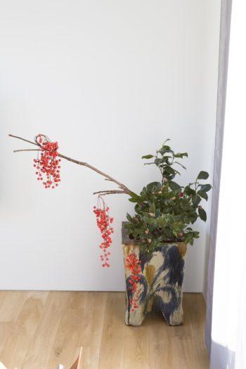 沖縄の読谷の作家、松田共司の作品。大型の花器に大胆に花を生けて。