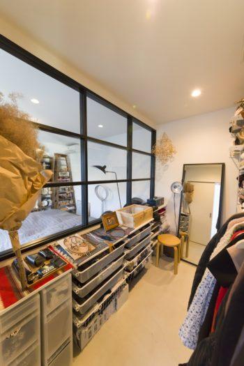 クローゼットルームは収納家具を使いながら、ギャラリーのような見せる収納を楽しむ。
