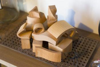 手触りのいい木製の積み木やパズルなどが大好きで、旅先などで目に入るとついつい買ってしまうのだとか。